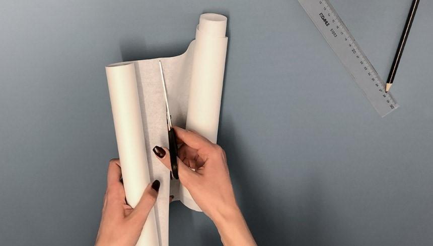 Das Toppits® Butterbrotpapier wird an der gewünschten Stelle abgeschnitten