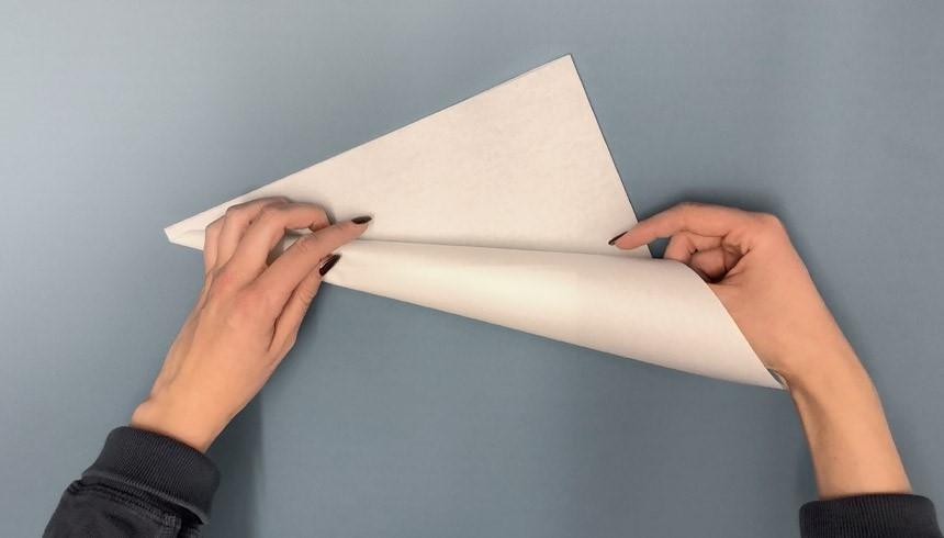 Der Toppits® Butterbrotpapierstreifen wird zu einem Hörnchen aufgerollt