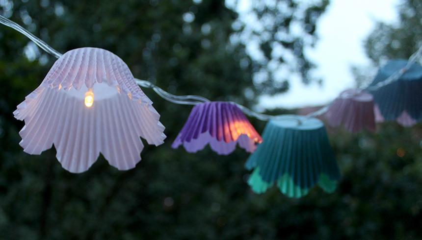 Die Lichterkette mit Toppits® Flower Muffins sorgt für tolles Ambiente