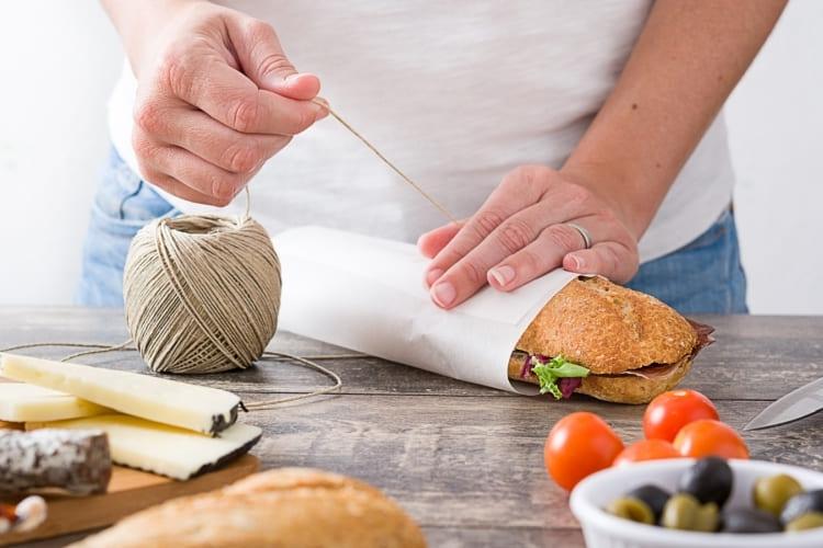 Ein frisches Brot in einer Butterbrot-Tüte