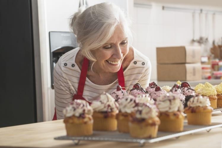 Frau freut sich über leckere Muffins