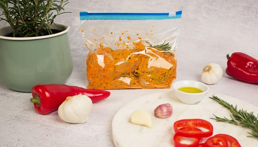 Frisches Fleisch oder Fisch im Zipper® Beutel mit leckerer Marinade