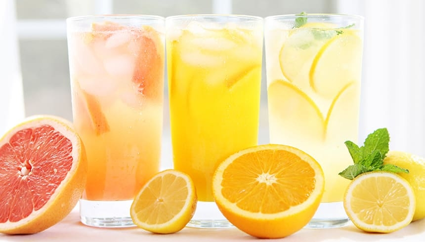 Fruchtige Limonade mit frischen Eiswürfeln