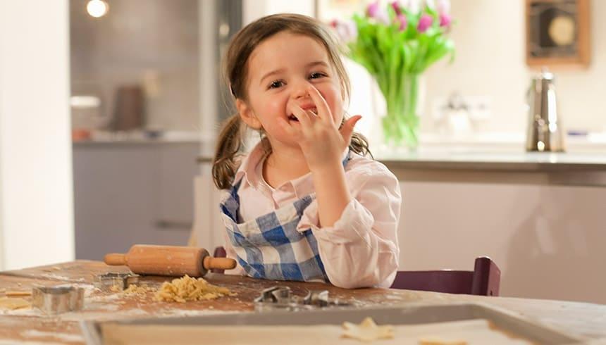 Kind nascht leckeren Teig