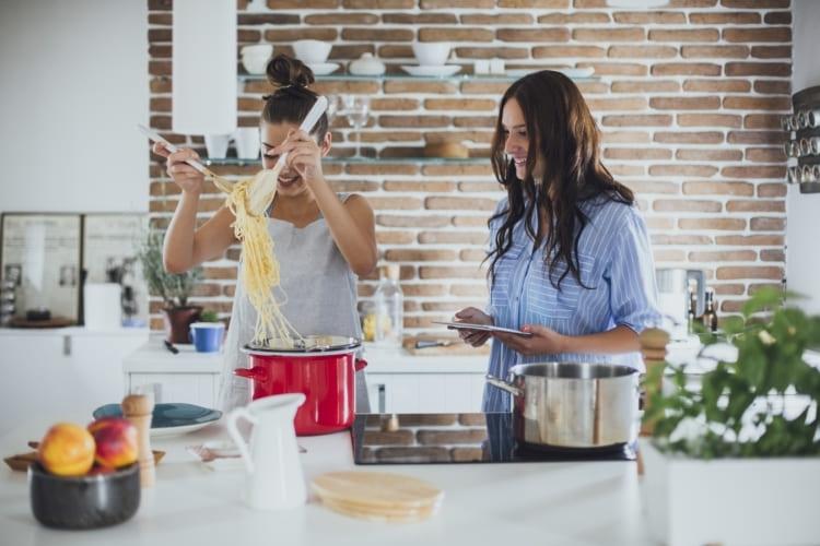 Kochvergnügen mit Produkten von Toppits® wie dem Bratschlauch.