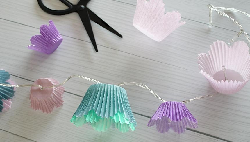 Mit Toppits® Flower Muffins und Schere dekorierst du deine Lichterkette