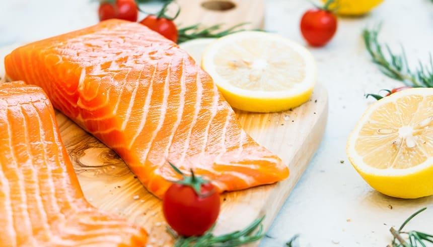 Rohen Lachs in einem Bratschlauch von Toppits® schmackhaft zubereiten.