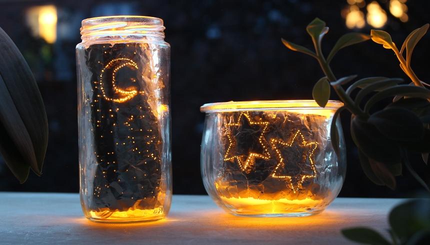 Teelicht-Gläser leuchten stimmungsvoll im Dunkeln.