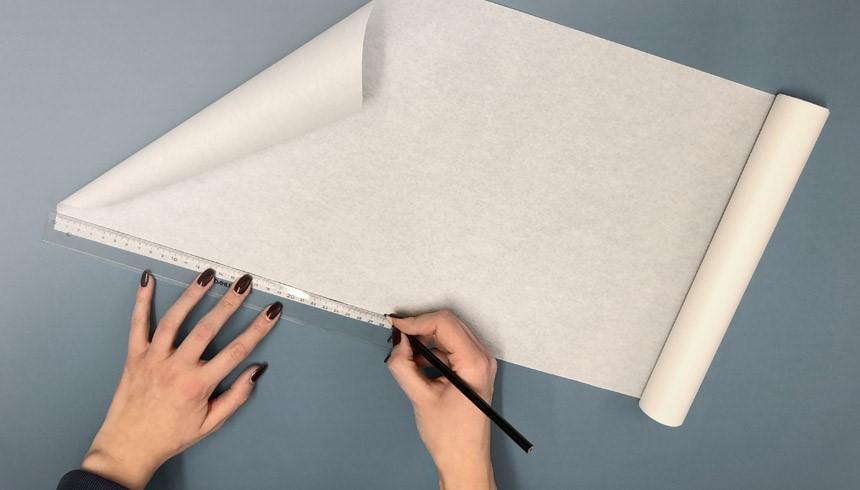 Das Toppits® Butterbrotpapier wird mit dem Lineal abgemessen