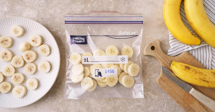 Bananen in Schale und in Scheiben im Toppits Gefrierbeutel