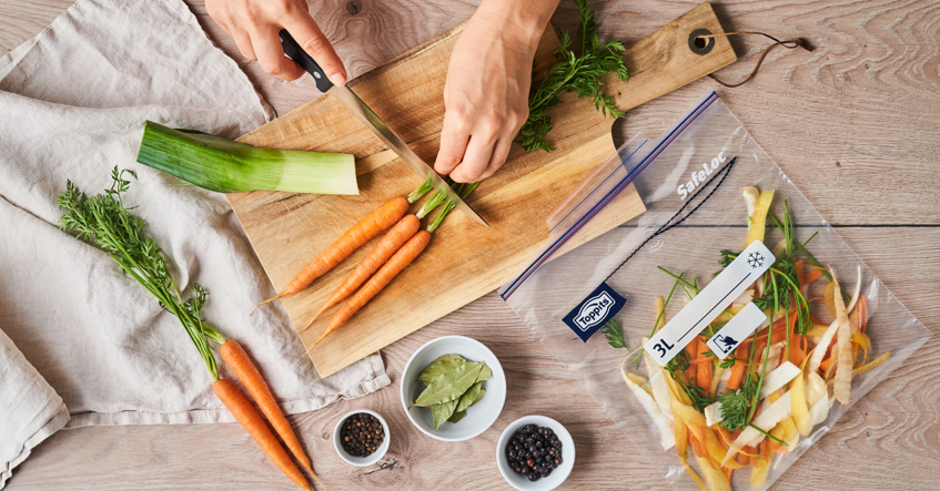 Sammle deine Gemüsereste und friere sie ein als nachhaltige Grundlage für deine Gemüsebrühe.
