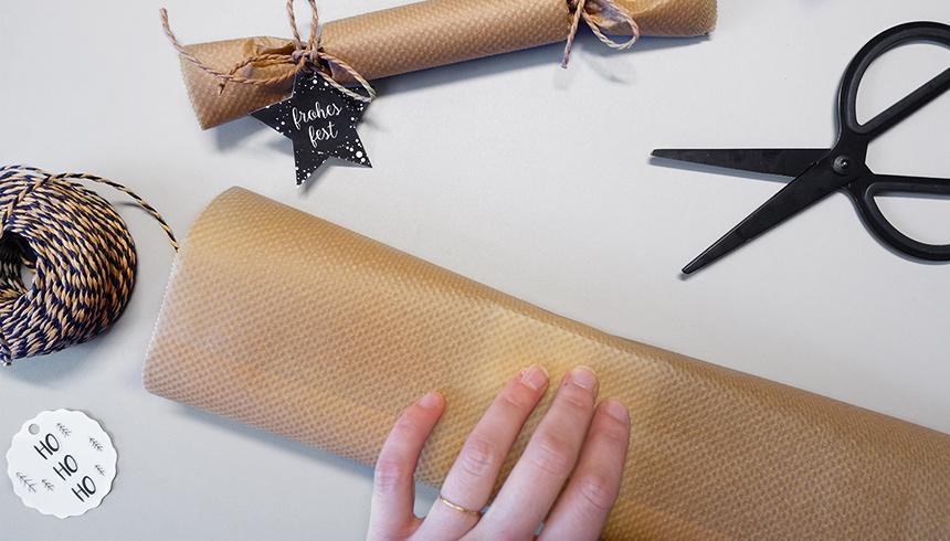 Ein Geschenk wird mit Backpapier verpackt