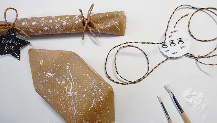 In Backpapier verpackte Geschenke können mit schönen Schnüren dekoriert werden.