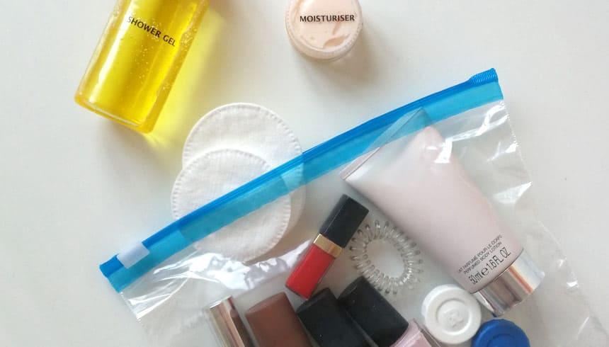 Kosmetikartikel auch im Flugzeug sicher transportieren mit dem Zipper® Beutel