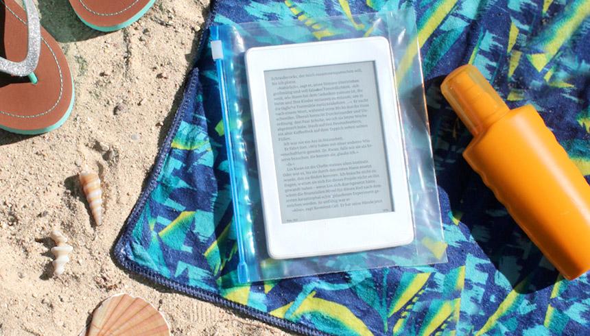 Gut geschützt im Toppits® Zipper® hat dein e-Reader am Strand nichts zu befürchten