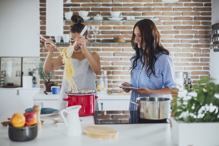 Mehr Freude am Kochen mit Küchenhelfern von Toppits® wie dem Bratbeutel 2in1.