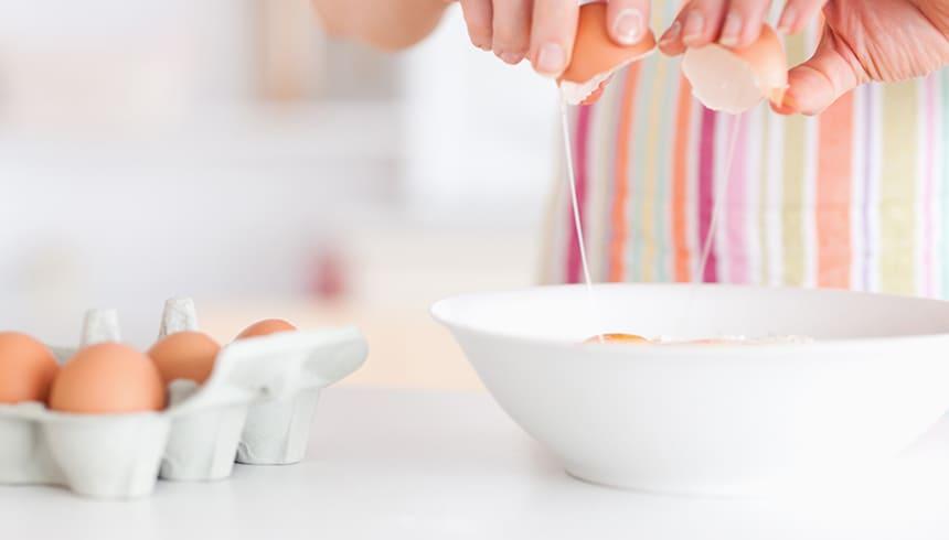 Teig für die Flower Muffinformen von Toppits® vorbereiten.