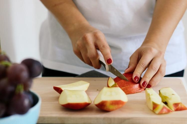 Ein frisch geschnittener Apfel aus dem SafeLoc® Obst- und Gemüsebeutel von Toppits®.