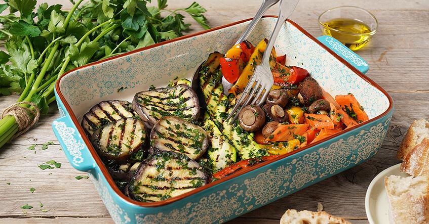 Antipasti aus gegrilltem Gemüse in der bunten Auflaufform
