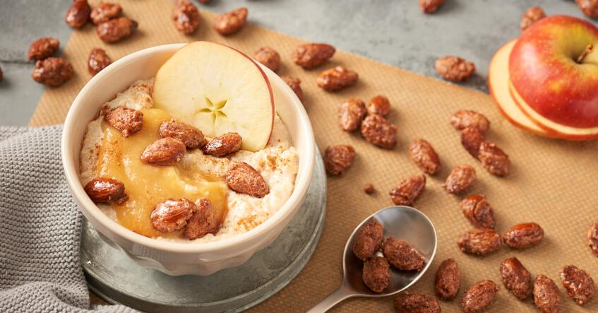 Winterliches Porridge mit gebrannten Mandeln und Apfel in der Bowl