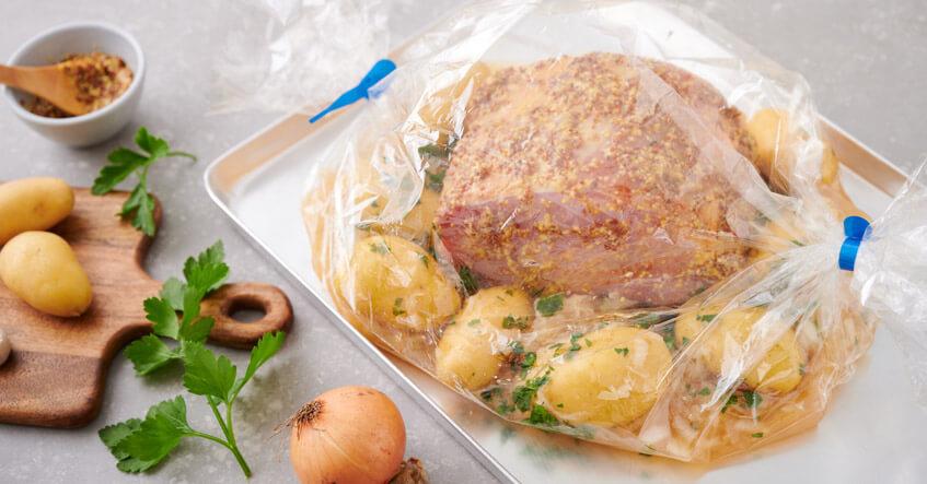 Ungegartes Kassler im Bratschlauch mit Kartoffeln und Sauerkraut