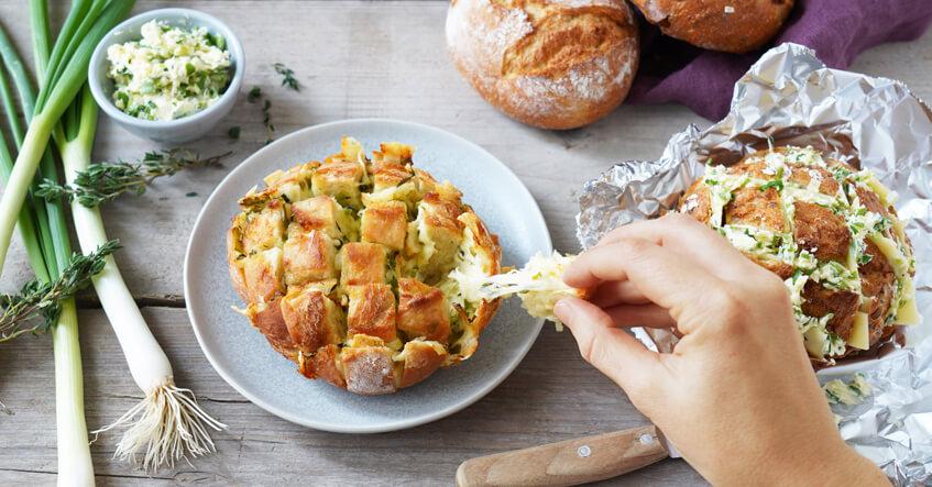 Ein Mini Zupfbrot gebacken auf dem Teller, ein Mini Zupfbrot vorbereitet in Alufolie