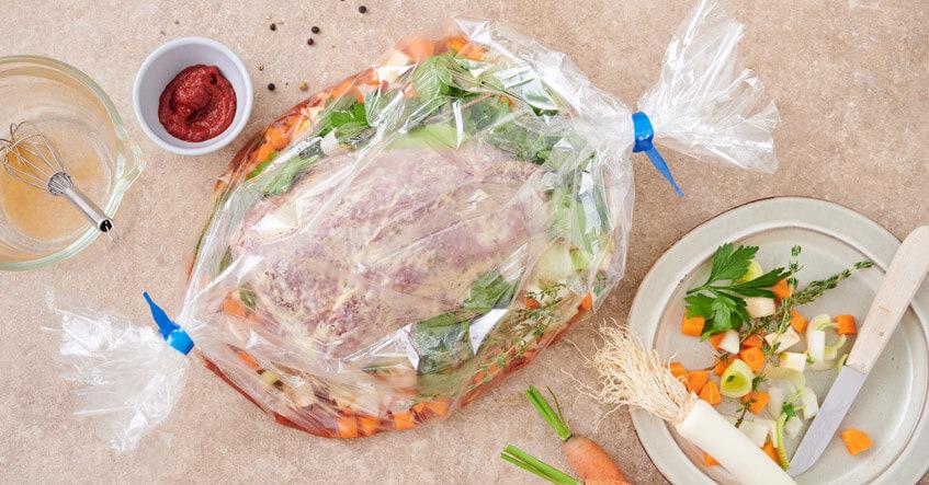 Rinderbraten roh auf Suppengemüse im Toppits Bratschlauch