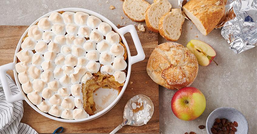 Scheiterhaufen mit Baiserhaube, aus altbackenen Brötchen und Äpfeln