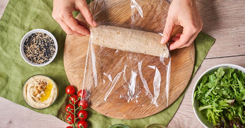 Veganer Wrap – der perfekte Snack to go an heißen Tagen. Sicher verpackt in Toppits® Frischhaltefolie.